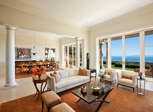 An inspiring ocean-view living and dining room